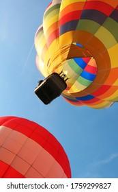 ballon à air chaud en vol avec son panier vu de dessous
