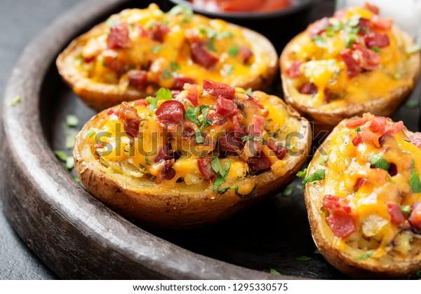 Pomme de terre cuite à chaud garnie de bacon, oignons verts et fromage cheddar.