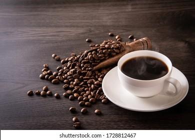 Café chaud et haricots à café