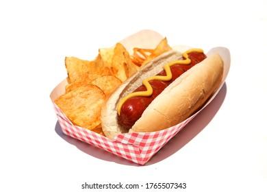Hot Dog. Hot Dog mit Senf, Kartoffelchips. Einzeln auf Weiß. Raum für Text. Heiße Hunde sind ein perfektes Essen für jeden Lunch.