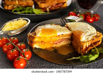 Un sandwich chaud français au petit-déjeuner. Croque madame sandwich. Sauce bechamel. Oeuf frit. Plats congelés, tomates cerises sur une branche.