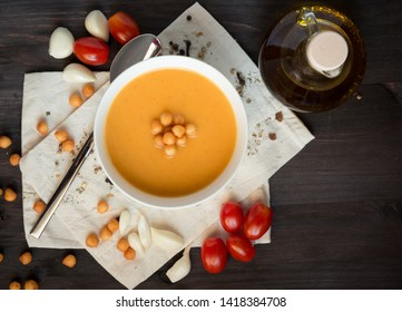 hot pumpkin soup with crackers and tomato