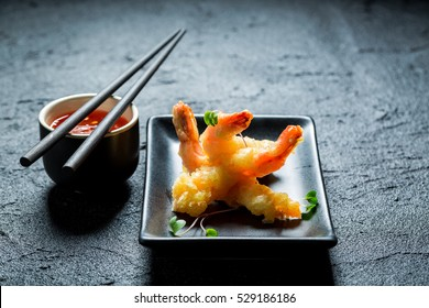 Hot shrimp in tempura with sweet and sour sauce