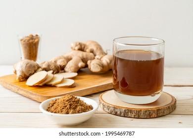 Heiße und süße Ingwer-Saft-Glas mit Ingwer-Wurzeln - Stil des gesunden Getränks