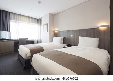 Hotelzimmer, Schlafzimmer mit zwei Betten, Vorhang, Lichtblick am Tag in Seoul, Südkorea.