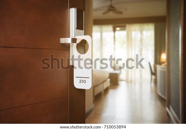 Das Hotelzimmer mit Zimmernummer an der Tür