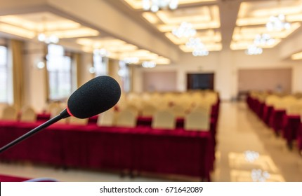 The hotel's multi-function hall, before the meeting started, no one, the microphone and the venue blurred background