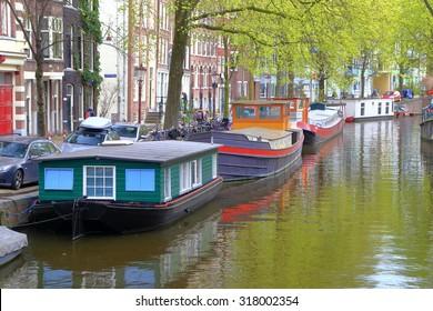 Barcos y edificios antiguos a lo largo de uno de los canales en el distrito Jordaan, Amsterdam, Holanda
