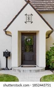 Ein Haus mit brauner Haustür mit schöner Landschaft