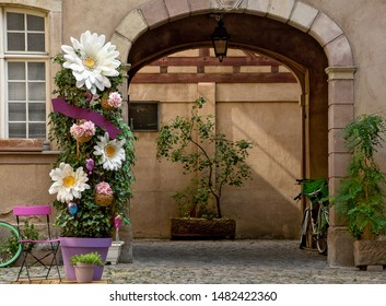 house courtyard arch entrance with daisy plant decoration in pot