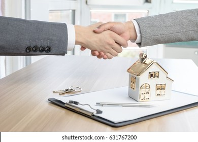 House developers and customers shook hands