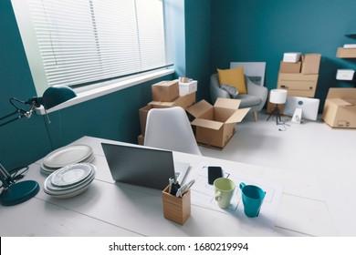 家の内部と厚紙の箱、家の再配置のコンセプト