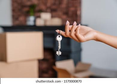 Hausschlüssel in Händen von Frauen, Konzept der Umzug oder Miete Wohnung