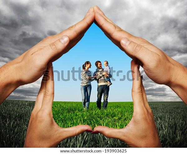 casa hecha de manos para proteger a la familia joven en el campo