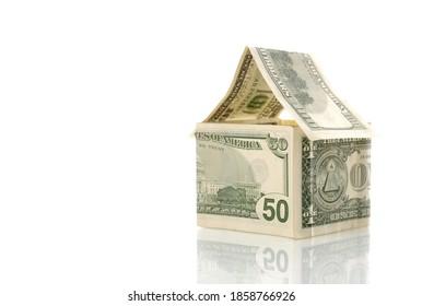 Haus aus Geld einzeln auf weißem Hintergrund. Anlagekonzept, Immobilienversicherung, Vermietung und Wohnungsbau.