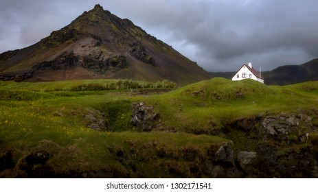 A house in the middle of nowhere in Iceland