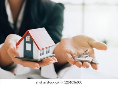 Hausmodell und Schlüssel für das Finanz- und Bankkonzept.Hypothekendarlehenskonzept für den Eigenheimkauf.