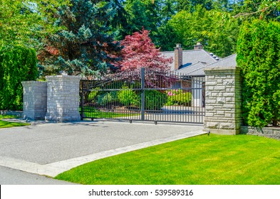 House, property entrance. Metal gates.