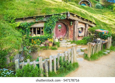 House with red door at Hobbiton Movie set New Zealand, okt 21th 2016