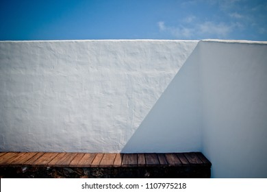 House with white Mediterranean walls with the sea in the background on the islands