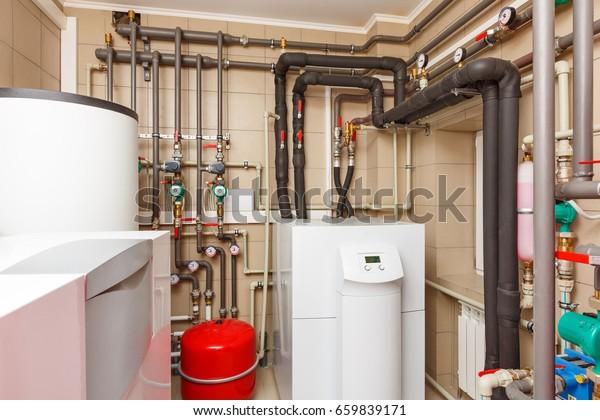 Haushalts-Kesselhaus mit Wärmepumpe, Fass; Ventile; Sensoren und ein automatisches Steuergerät.