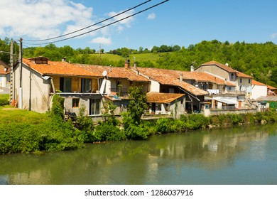 Houses is staying near the Salat river in Salies-du-Salat in France.