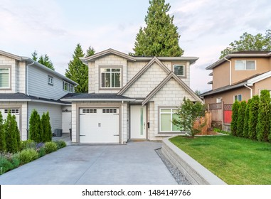 Casas en los suburbios en verano en el norte de América.