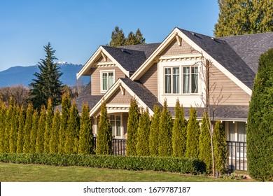 Casas en los suburbios en verano en el norte de América. Casas de lujo con un bonito paisaje.