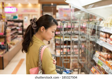 Housewife to shop in a supermarket