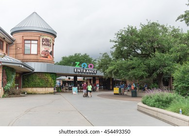 HOUSTON, US-JUN 12, 2016: Visitors entering the Houston Zoo, a 55-acre zoological park located in Hermann Park, Houston, Texas. It houses over 6,000 animals, and receives 1.8 million visitors per year