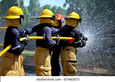 How to use fire line , spray water  to fire off , The fireman , Firefighter .