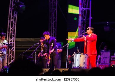 HUA HIN, THAILAND - DECEMBER 31 : Lead singer Slot Machine of the rock band performs live concert during Hua Hin Music Countdown 2013 on December 31, 2012 in Hua Hin, Prachuapkhirikhan, Thailand