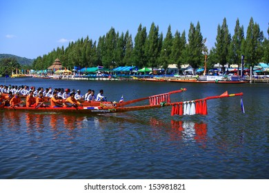 HUAHIN, THAILAND - DEC 8 : Unidentified crew in traditional Thai long boats compete during Queen Cup Traditional Long Boat Race Championship on December 8, 2012 in Huahin,Prachuap Khiri Khan,Thailand.