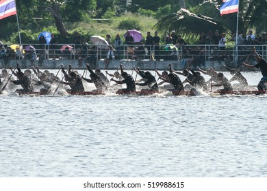 HUAHIN, THAILAND - NOV 13 : Unidentified crew in traditional Thai long boats during event boat race in honor of Majesty King Bhumibol Adulyadej on November 13, 2016 in Huahin, Prachuapkhirikhan