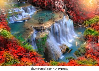 Huay Mae Kamin Wasserfall, schöner Wasserfall im Herbstwald, Provinz Kanchanaburi, Thailand