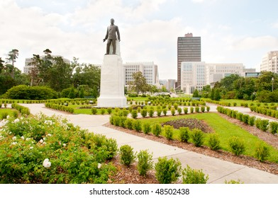 Huey Long statue and Baton Rouge skyline