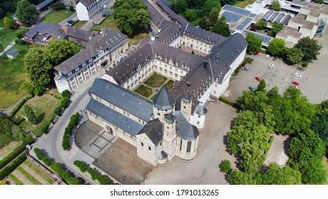 Riesiges Kloster aus hellem Stein (4k) (Lufttrommelfoto)