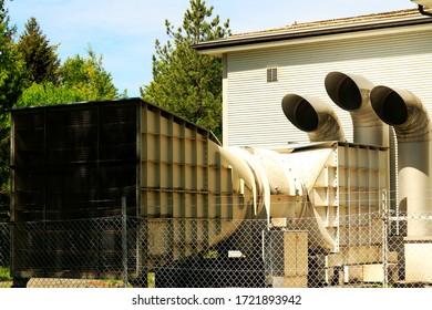 Riesiges Lüftungssystem. Zuleitungen für die Luft in die unterirdische Anlage. Drei runde und ein quadratisches Eintrittssystem.