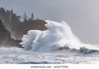 Huges waves during a king tide and big swells at Cape Disappoinment.