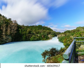 The Huka falls are the largest , fast and powerful waterfalls on the Waikato River , located in Wairakei Park of Taupo , North Island of New Zealand