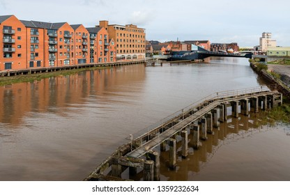 Hull, Yorkshire, UK. River Hull flanked by modern flats and offices, and derelict causeway  and Scale Lane bridge in Hull, Yorkshire, UK.