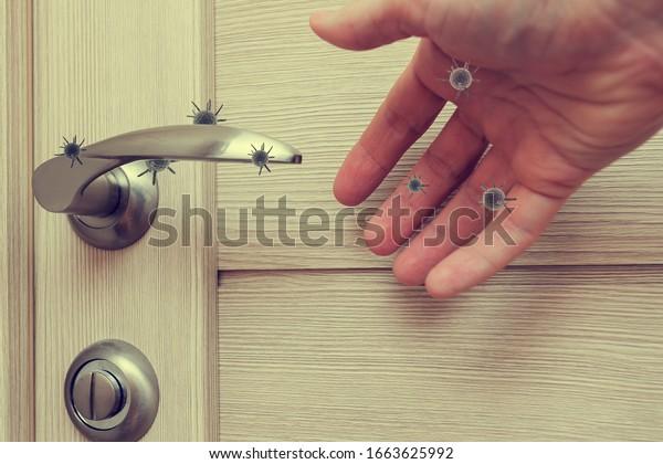 la vida humana a través de la cual gérmenes y virus se propagan, la puerta se maneja en un apartamento en una habitación o casa con la mano y el dedo, el concepto de gérmenes sentado en el mango de la puerta