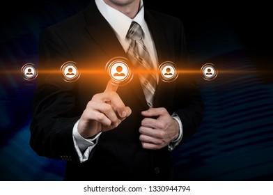 Unternehmenskonzept für Humanressourcen Geschäftsmann presst ihr Symbol auf einem virtuellen Bildschirm