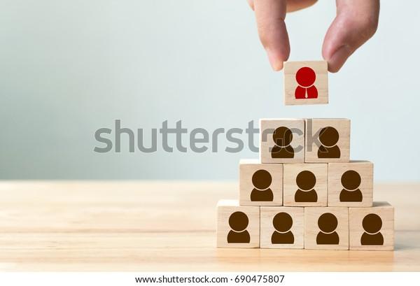 Concepto de gestión de recursos humanos y de contratación, colocación manual de bloques de cubo de madera en la pirámide superior, espacio de copia