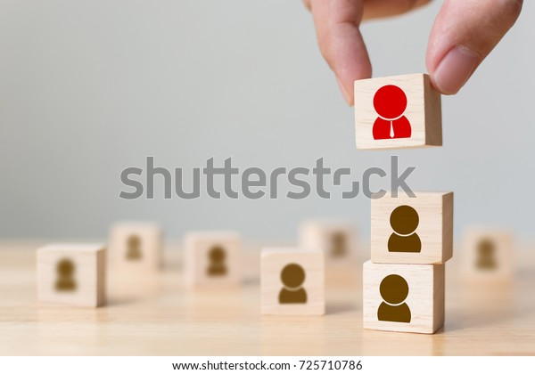 人事管理と採用のビジネス構築チームのコンセプト、木目立方体ブロックを上に配置する手、コピースペース