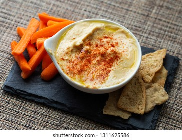 Hummus with carrots and pita chips