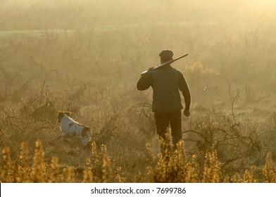 Jäger und Hund auf der Suche nach Kleinwild