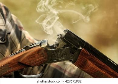 Jagdgewehr nach dem Schießen . Jagd im Wald