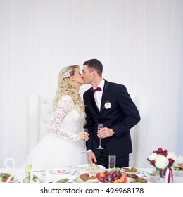 husband and wife at the wedding, Banquet table, kiss