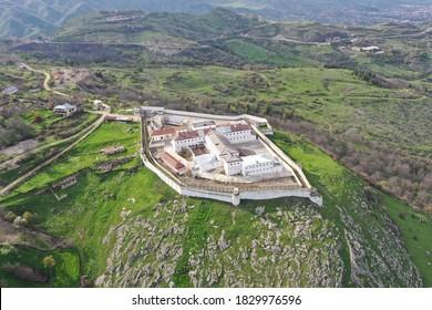 """fortaleza husha - las murallas que rodean el centro histórico de Shusha. La recién establecida ciudad del castillo fue llamada """"fortaleza Panahabad"""". Vista aérea del fuerte"""